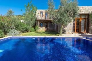 Villa Limon, Havuzu dışarıdan görünmeyen muhafazakar balayı villa