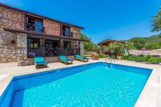 Kayaköy'de bulunan 2 odalı korunaklı özel havuzlu kiralık yazlık