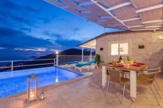 Kalkanda Deniz manzaralı 2 yatak odalı havuzlu villa