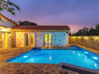 Villa Turunç, havuzu görünmeyen 2 yatak odalı villa