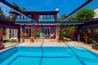 Villa Mor Salkım Ölüdenizde yeşil bahçeye sahip kiralık villa.