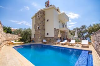 Kaşta 4 yatak odalı deniz manzaralı kiralık villa - Yazlıkvilla
