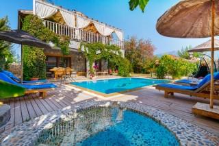 Villa Polat Kayaköyde 4 yatak odalı havuzu korunaklı kiralık vill